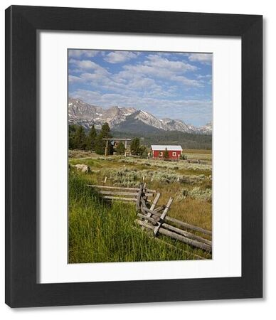 Idaho, Sawtooth National Recreation Area, Stanley, Red barn and Sawtooth Mountains
