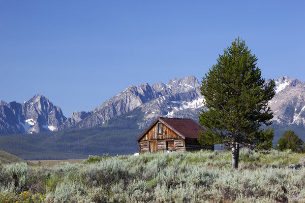 Idaho, Sawtooth National Recreation Area, Old Barn and the Sawtooth Range