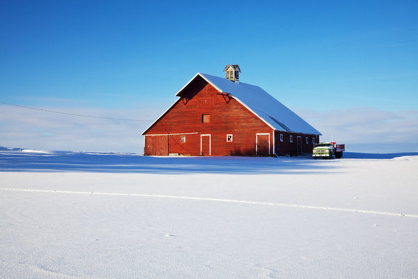 USA, Idaho, Old red barn and truck after snowstorm (PR)