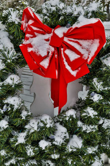 places/fresh snow christmas wreath town snoqualmie
