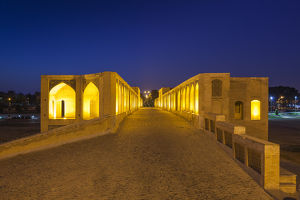 Iran, Central Iran, Esfahan, Si-o-Seh Bridge, dawn