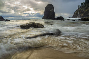 places/swirling water rocks beach