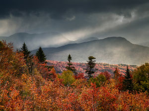 USA, New Hampshire, White Mountains, Sunrise from overlook on Kancamagus Highway