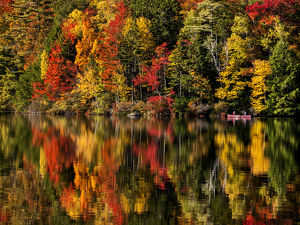 USA, New Hampshire, White Mountains, Fall reflections and canoeing on Russell Pond