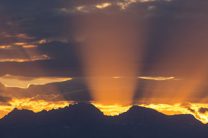 USA, Wyoming, Sublette County, God Rays at sunrise over the Wind River Mountains